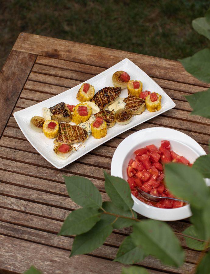 Medaljoni od puretine s roštilja sa kukuruzom, lukom i svježom šalšom od rajčice