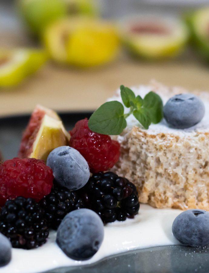 Kolači od badema, s jogurtom od vanilije i svježim voćem